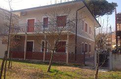 Trilocale fronte pineta in vendita a Pinarella facciata lato mare